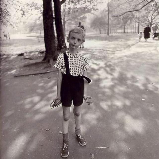 """Мальчик с игрушечной гранатой в руке - известная работа фотографа Diane Arbus. Мальчик - Колин Вуд, сын знаменитого теннисиста Сидни Вуда. Дайэн долго выбирала нужный ракурс, в итоге парень не выдержал и закричал """"Снимай уже!"""". В 2005 году фотография была продана за $408,000."""