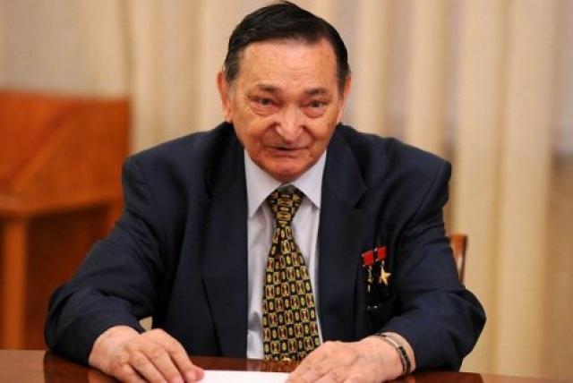 В 1988 году ушел из отряда космонавтов и эмигрировал в Германию. С 1988 по 1990 год работал директором Дома советской науки и культуры в Берлине, где проживает и поныне.