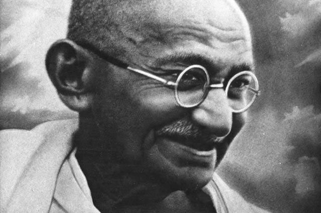 Махатма Ганди. Героя Индии сложно представить без круглых маленьких очков, которые ему пришлось надеть еще в молодости