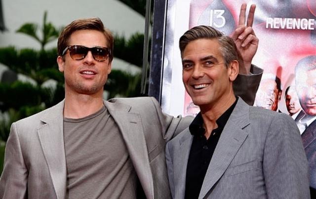 """Джордж Клуни и Брэд Питт. Актеры дружат с 2001 года, когда впервые близко познакомились на съемках фильма """"11 друзей Оушена""""."""