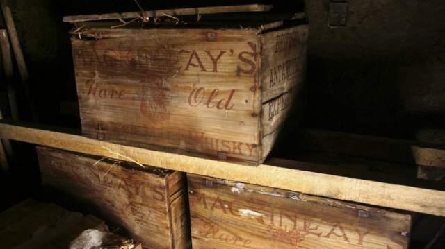 Столетний виски в сарае. Команда полярников восстанавливала в 2011 году заброшенную полярную станцию, когда обнаружила большие запасы хорошо сохранившегося виски.