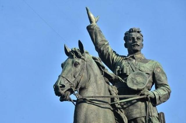 Памятник Николаю Щорсу - памятник красному командиру комдиву Гражданской войны 1917 года о котором, по мнению многих историков, было создано много вымыслов и мифов лично Сталиным.