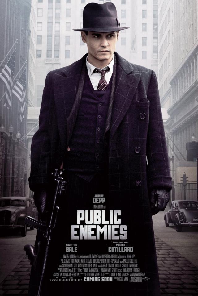 """""""Джонни Д."""" . Оригинал названия - """"Public Enemies"""" - """"Враги общества"""". Но российкие киношники решили назвать картину коротко и ясно - именем главного героя, а заодно и актера."""