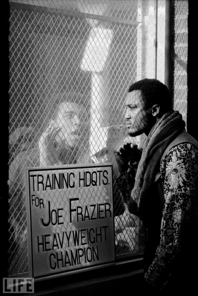 """Обе стороны (Both Sides Now, John Shearer, 1971). Мухаммед Али перед """"боем века"""" с Джо Фрейзером в марте 71 года подверг сомнению его мужественность, интеллектуальные способности и """"чернокожесть""""."""