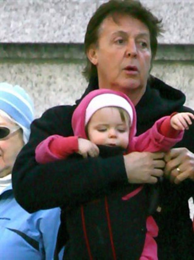 """Пол Маккартни. На бывшей модели Хизер Миллс музыкант женился в 2002 году, девушка стала второй женой """"битла"""", овдовевшего в в 1998 году. В октябре 2003 года у Пола, которому было 50 лет, родилась дочка Беатрис Милли."""