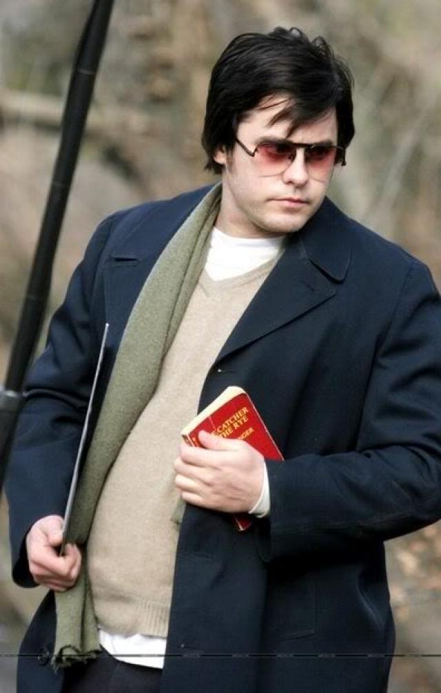 Джаред Лето. Актер стал толстяком не просто так: вес он набрал для роли убийцы Джона Леннона. По его признанию, ему пришлось съесть безумное количество пиццы и пасты с жирным соусом, заедая это все мороженым.