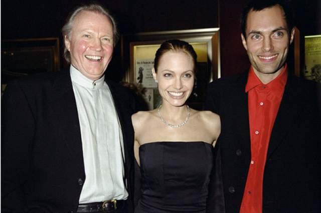 Спустя год родители Джоли развелись, но продолжали поддерживать отношения, приобщать детей к киноиндустрии. Именно это породило в будущей актрисе любовь к актерству, делу своей жизни. Звездный отец и дочь также несколько раз пересекались на съемочных площадках, но вершина славы в их семье по праву принадлежит Анджелине.