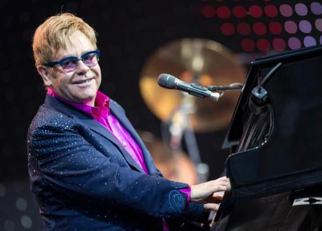 Элтон Джон. Зрение музыканта испортилось еще в юном возрасте, но он необходимость носить очки превратил в настоящий стильный ход.