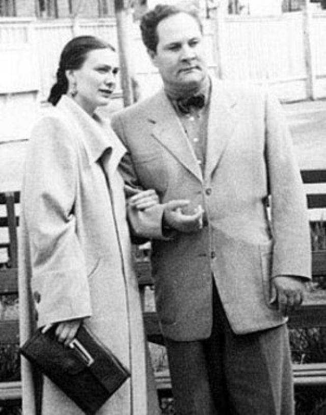 Вернулась домой Галина только через год, уже вместе с официальным мужем и маленькой дочкой на руках. Брежнев принял зятя и стал помогать ему в карьере. Но это не спасло брак.