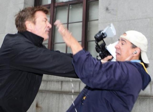 Алек Болдуин. Голливудский актер известен своим нетерпимым отношениям к журналистам. Громким стал его скандал с журналистами New York Post: Тарой Палмери и Дж. Н. Миллером.
