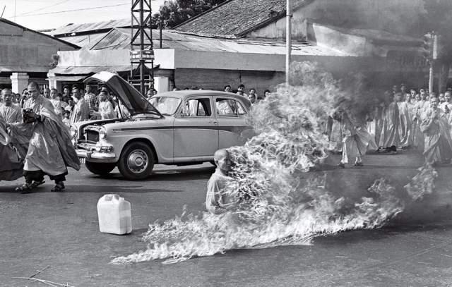 Горящий монах, Малкольм Браун, 1963. Самосожжение Куанг Дыка было организовано в знак протеста против ожидавшихся преследований буддистов со стороны правительства Южного Вьетнама.