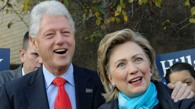 """Когда эта история стала достоянием общественности, Хиллари, не задумываясь, встала на защиту неверного супруга и своей семьи. """"Это заговор против моего мужа"""", - отвечала экс-кандидат в президенты в ответ на все нападки."""