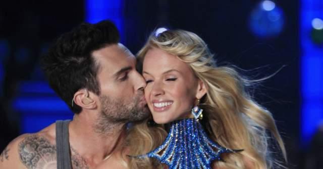 Их роман длился около двух лет, многим фанатам запомнилась серенада, которую Адам посвятил Анне на ежегодном шоу Victoria's Secret.