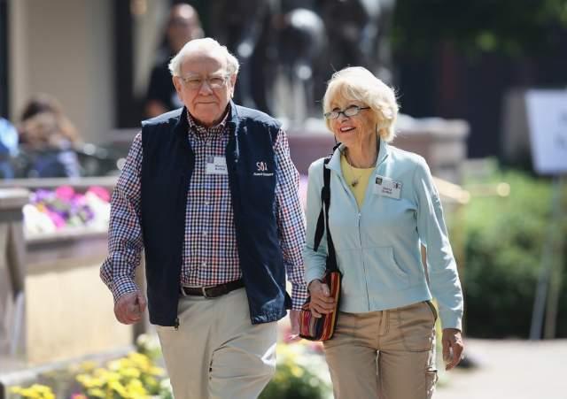 Сьюзан до конца дней сохраняла прекрасные отношения с супругом и его новой возлюбленной. В 2004 году жена Баффета скончалась от рака, а спустя два года Уоррен узаконил отношения с Астрид, длившиеся более 20 лет.