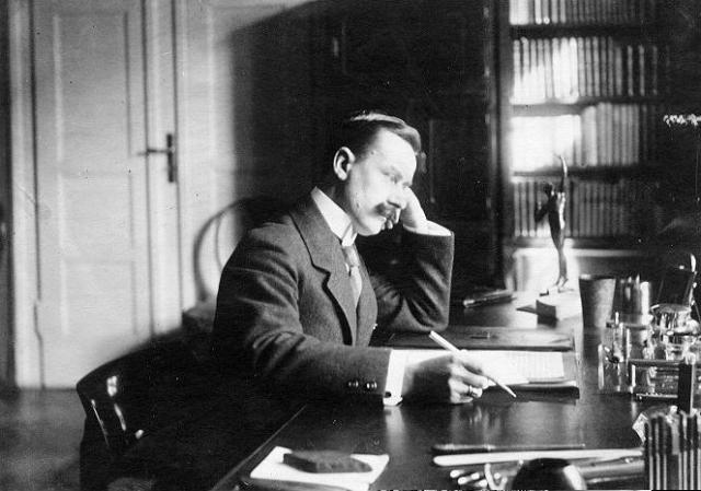 Однако, вернулся в Швейцарию в 1952 г. и получил швейцарское гражданство в 1953 г. Причиной возвращения, по его словам, явилось подозрительное американское отношение к интеллектуалам.