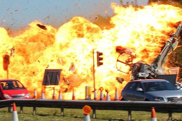 """Крушение на авиашоу """"Шорхем"""" (2015). Истребитель, выполнявший фигуры высшего пилотажа, не успел завершить """"мертвую петлю"""" и врезался в автомобили, которые двигались по шоссе."""