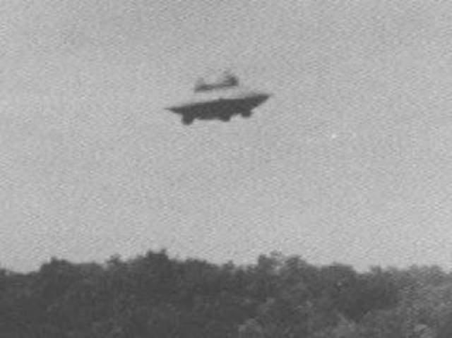 """Вунсокет, штат Род Айленд, 1967 год. Гарольду Труделю удалось сделать несколько снимков в районе Восточного Вунсокета в США. На фотографиях можно разглядеть купол на дискообразном объекте слегка асимметричной формы. Трудель утверждал, что НЛО передвигался очень быстро. Очевидец наблюдал за """"тарелкой"""" в течение пяти минут, пока та не устремилась на север."""