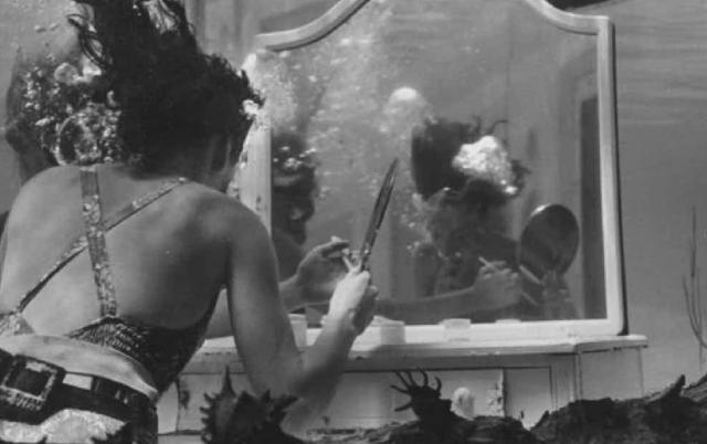 Сотрудники парка и разработали сценарий, в ходе которого девушкам приходилось дефилировать под водой, надолго задерживая дыхание.