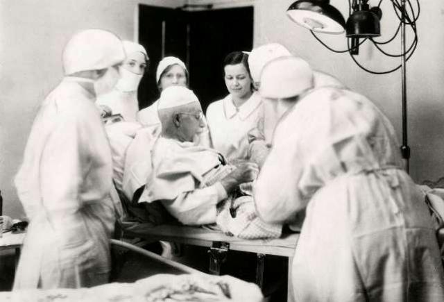 Эван О'Нил Кейн. Американский врач провел операцию на самом себе, чтобы лучше понять ее с точки зрения пациента. Он работал под действием местных анестетиков, которые пришлось бы применить на пациентах, не отвечающих на общий наркоз.