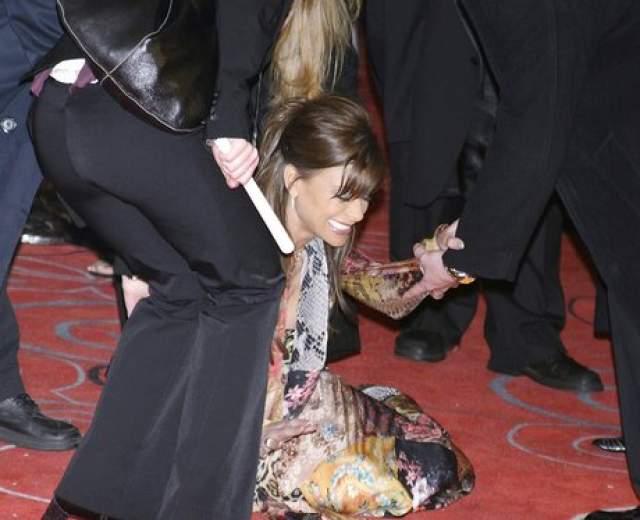Пола Абдул смогла сохранить чувство юмора, даже упав на красную ковровую дорожку на вручении премии Человек года журнала GQ в 2002 году.