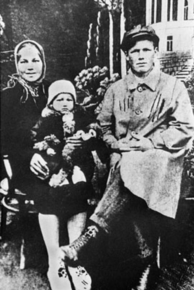 Родители Бориса Ельцина. Отец первого российского президента Николай был репрессирован, а после работал мастером на стройке химкомбината, а мать, Клавдия Старыгина, происходила из крестьян, работала портнихой.