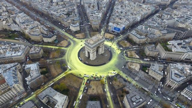 Париж, Франция, 11 декабря. Акция, привлекающая внимание к климатическим проблемам.