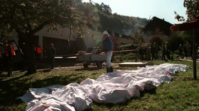 """Члены """"Ордена солнечного храма"""" продолжили серию массовых самоубийств, которые привели к примерно 74 смертям. Члены группы оставили прощальные письма, в которых говорилось что они верят, что их смерть будет избавлением от """"лицемерия и угнетения этом мире."""""""