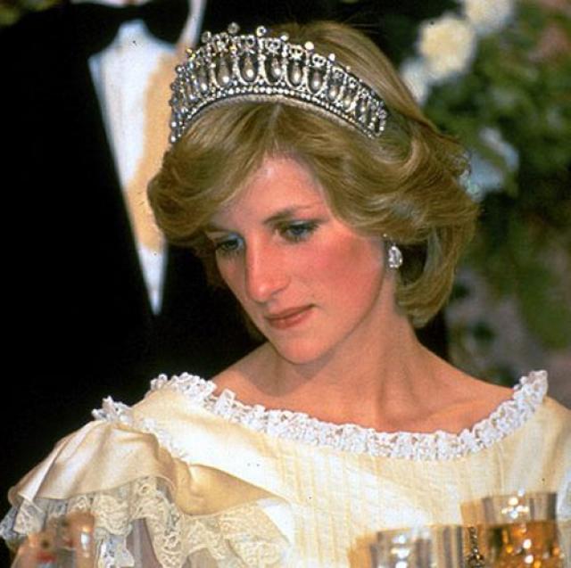 Принцесса Диана. Любимица миллионов не скрывала, что была так несчастлива в браке, что даже предприняла две попытки самоубийства, причем одну из них, будучи беременной принцем Уильямом.