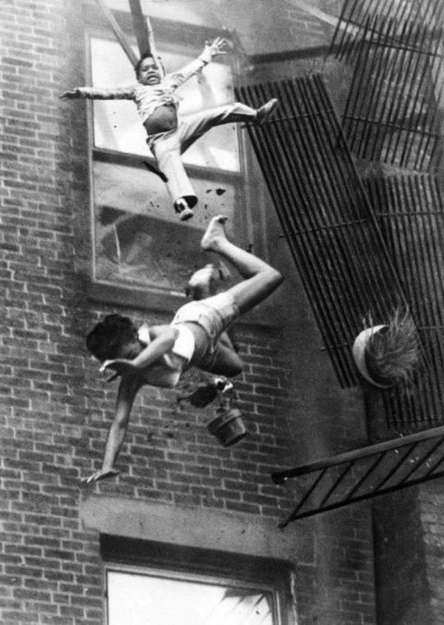 22 июля 1975 года. 19-летняя Диана Брайан и ее двухлетняя крестница Тиара Джонс упали с рухнувшей пожарной лестницы. Диана погибла, а Тиара выжила, так как упала на тело тети. ФотографСтэнли Форман успел заснять этот момент, и в 1976 году получил за снимок Пулитцеровскую премию.
