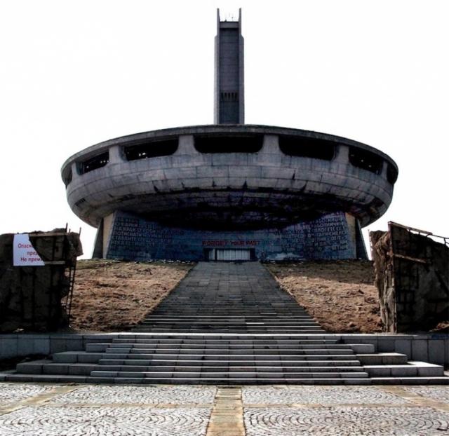 Бузлуджа, Болгария. Самый большой монумент в Болгарии высотой 1441 метр был построен в 1980-х годах. На его строительство ушло почти 7 лет и было задействовано больше 6 тысяч рабочих и экспертов.