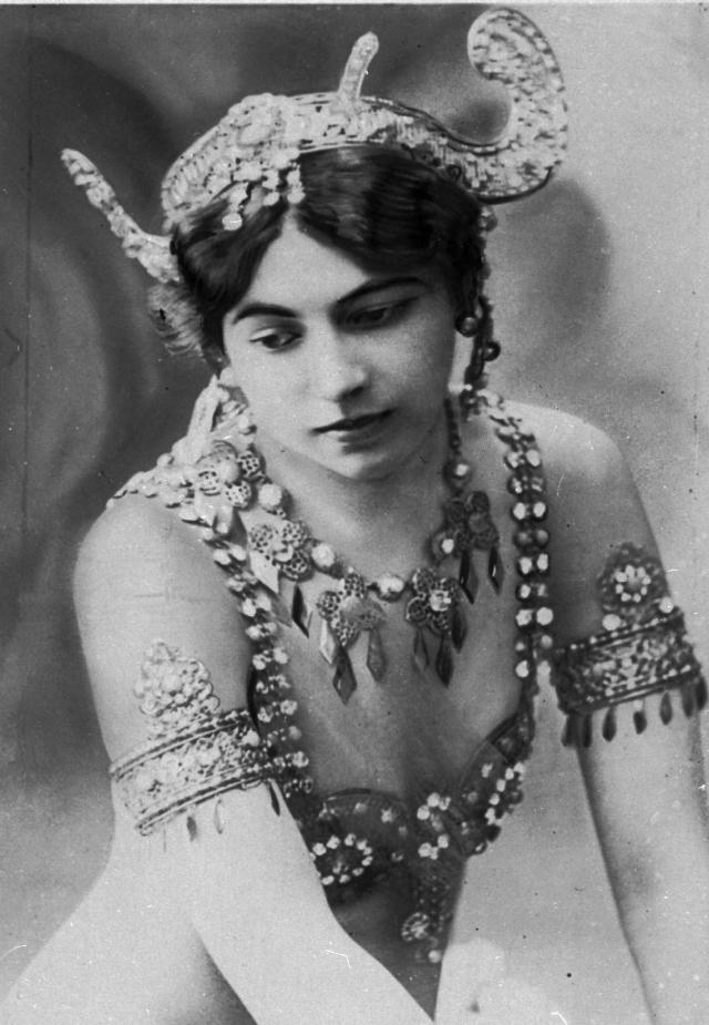 Некоторые ее танцы представляли собой нечто близкое к современному стриптизу. В конце номера, исполнявшегося перед узким кругом ценителей на сцене, усыпанной лепестками роз, танцовщица оставалась почти полностью обнаженной.