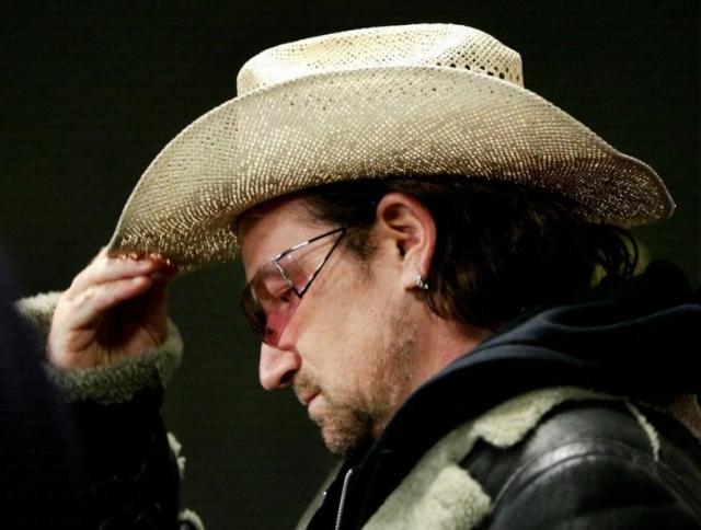 Боно. Отправившись в отпуск фронтмен группы U2 забыл дома свою любимую шляпу.