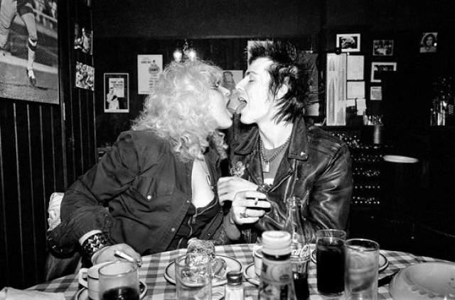 Сид Вишес был английским панк-рок музыкантом и басистом группы Sex Pistols. Перед смертью Вишеса обвиняли в убийстве его 20-летней девушки Нэнси Спанджен путем нанесения ей ножевого ранения в живот, в то время как они оба находились под действием наркотиков. Нэнси умерла на полу ванной их номера в Hotel Chelsea в Нью-Йорке.