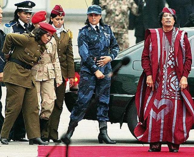 Личная охрана Каддафи всегда производила впечатление на окружающих. И это неудивительно, ведь его охраняли 40 девушек-девственниц с автоматами Калашникова, все с ярким маникюром.