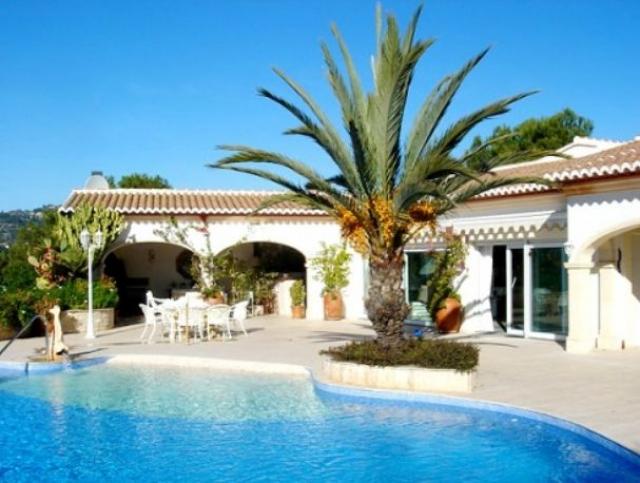 В 2008 певец также приобрел виллу в Испании на живописном побережье Коста-Бланки. Дом занимает площадь 320 м², а вся территория имеет размер в 1 300 м².