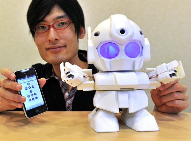 12. Человекоподобный робот Rapiro может быть не только игрушкой, но и предупреждать вас о получении уведомлений в Facebook и Twitter, а также сообщений электронной почты. А если установить на Rapiro видеокамеру, робот сможет патрулировать квартиру.