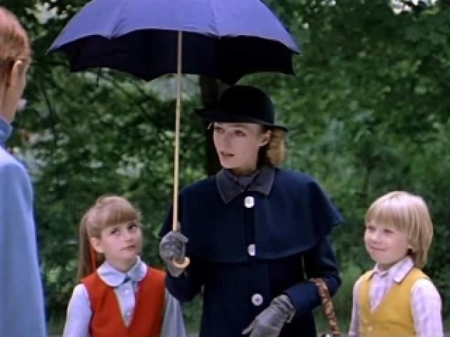 Действие фильма происходит в Англии, в Лондоне в 1980-х годах. В доме номер 17 на Вишневой улице семейство Бэнкс озабочено поисками няни для своих детей. Они публикуют соотвествующие объявления в газетах. По объявлению приходит Мэри Поппинс. Она очень рассудительная, строгая, но в то же время добрая и милая. Ей нравится живая музыка.