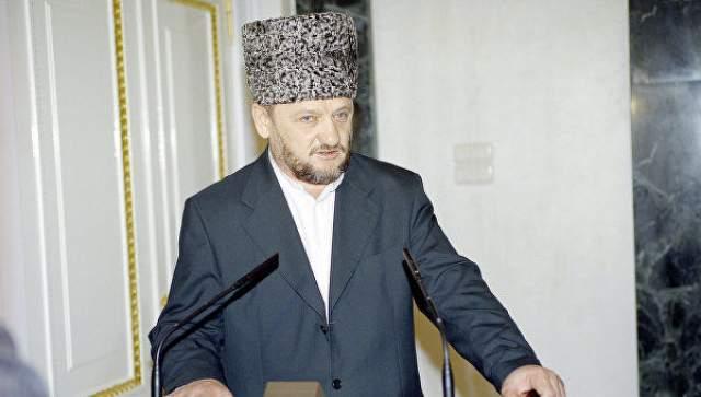 """Ахмат Кадыров 9 мая 2004 года на стадионе """"Динамо"""" в Грозномпроходило празднование дня победы. На стадионенаходились политическое и военное руководство Чечни, включая президента Чеченской Республики Ахмата Кадырова."""