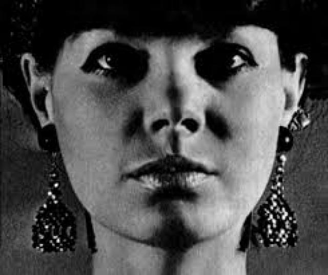 Существует еще одна, неофициальная версия. В октябре 1987 года Регину Збарскую нашла соседка. Дверь в квартиру была незаперта, бывшая манекенщица лежала неподвижно с телефонной трубкой в руке.