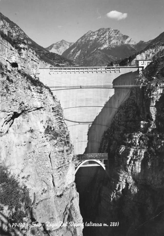 К ноября 1960 года уровень воды достиг отметки в 190 метров (при высоте плотины в 262 метра). Именно в этом месяце произошел первый оползень (объемом около 800 тыс. кубических метров породы), после чего воду из водохранилища вновь спустили, в геологи принялись повторно изучать происходящие внутри горы процессы.
