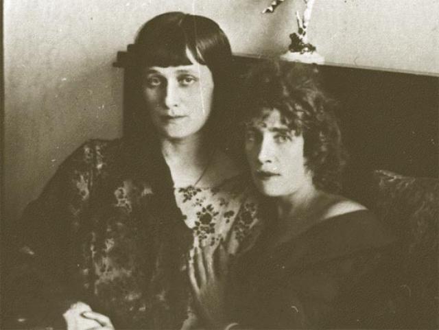 От Шилейко Ахматова переехала к своей давней подруге, танцовщице Ольге Глебовой-Судейкиной. С ее супругом, композитором Лурье, Ахматову связывали давние отношения, которые разгорелись вновь.