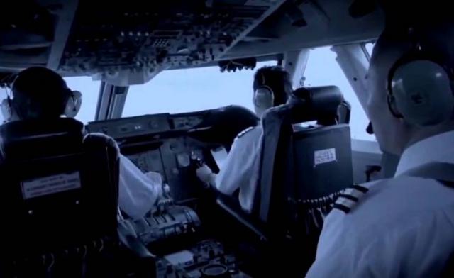 Командир экипажа сидел в кресле второго пилота, а в командирском кресле сидел второй пилот, которого скоро должны были назначить командиром экипажа (на фото - реконструкция событий) . В 18:04 рейс JAL 123 начал выруливать на взлетную полосу №15L.