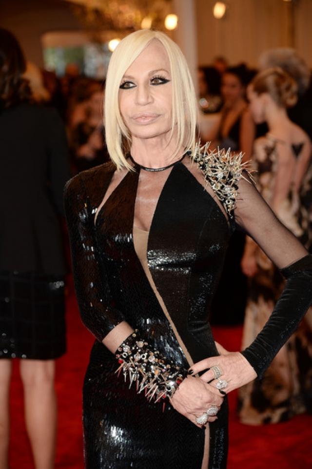 Донателла Версаче. Лицо и руководитель бренда Versace, знаменитого своими максимально провокационными и откровенными нарядами, воплощает его стиль в своих нарядах.