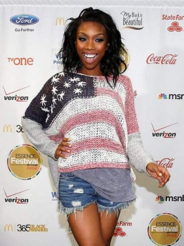 Несмотря на повседневный образ, певица Брэнди выглядит стильно на красной ковровой дорожке.