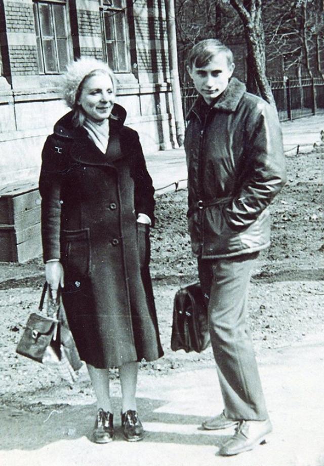 С будущей женой познакомился, еще когда учился в Ленинградском государственном университете. Учились они на разных факультетах: он - на юридическом, а жена - на филологическом.
