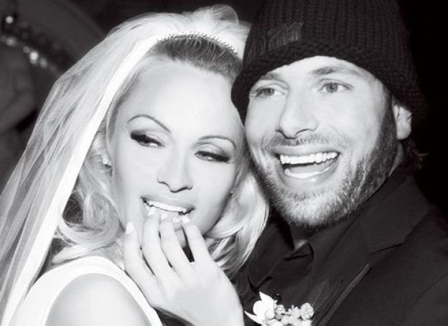"""Памела Андерсон. Впервые звезда """"Плейбоя"""" и продюсер Рик Саломон поженились в 2007 году."""