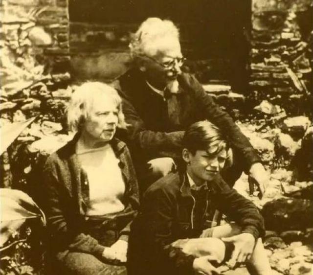 Покушение провалилось: Троцкий и его жена Наталья Седова бросились на пол, оставшись там на все время обстрела.