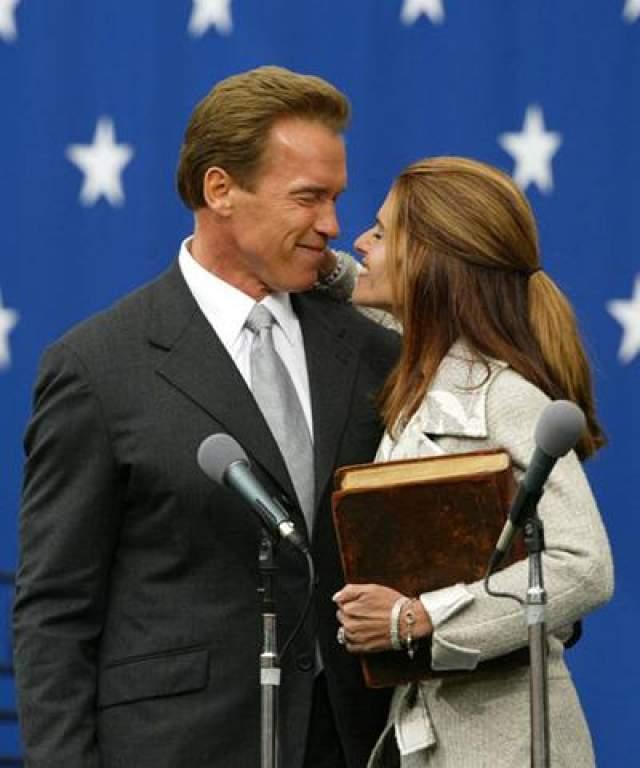 17 ноября 2003 года: губернатор Калифорнии Арнольд Шварцнеггер целует свою жену, Марию Шрайвер, после церемонии принесения присяги Сакраменто.