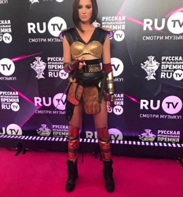 На музыкальную премию телеканала Ru TV Бузова облачилась в доспехи, изображая, видимо, Зену-королеву воинов.