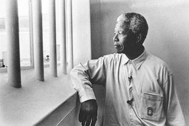 В июне 1964 года Нельсон Мандела был взят под арест органами безопасности ЮАР и приговорен к пожизненному тюремному заключению. В Южной Африке и в других странах развернулось активное движение за его освобождение. Постепенно африканский борец за свободу стал известен всему миру.